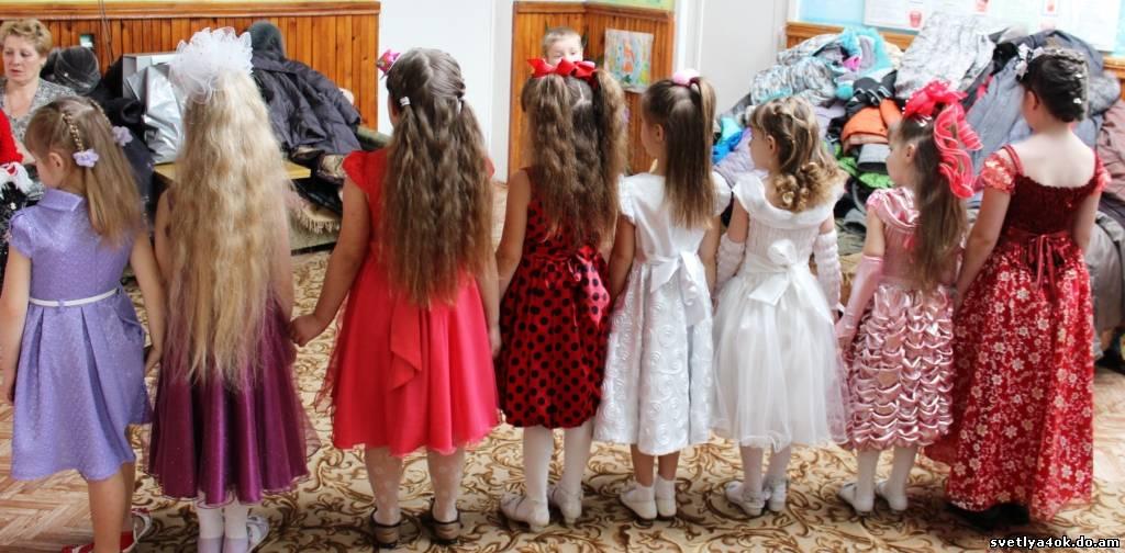Прически на выпускной с бантами в детский сад8